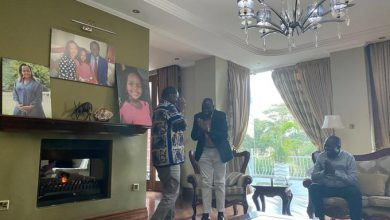 Photo of Raila and Ruto reconcile at Tuju's House.